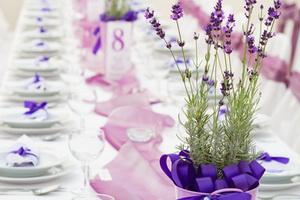 Dinnertafel mit Lavendel Blumendekoration