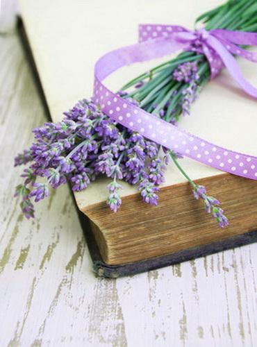 Lavendelstrauß auf altem Buch