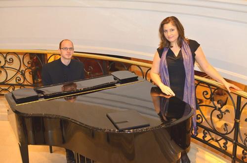 Hochzeitssängerin Henriette und Pianist Roland Huschner Portrait am Klavier